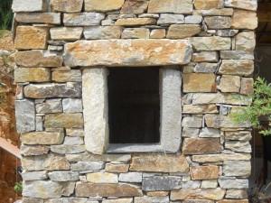 mur et fenestrou en pierre sèche