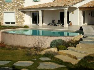 construction d'une villa traditionnelle avec piscine
